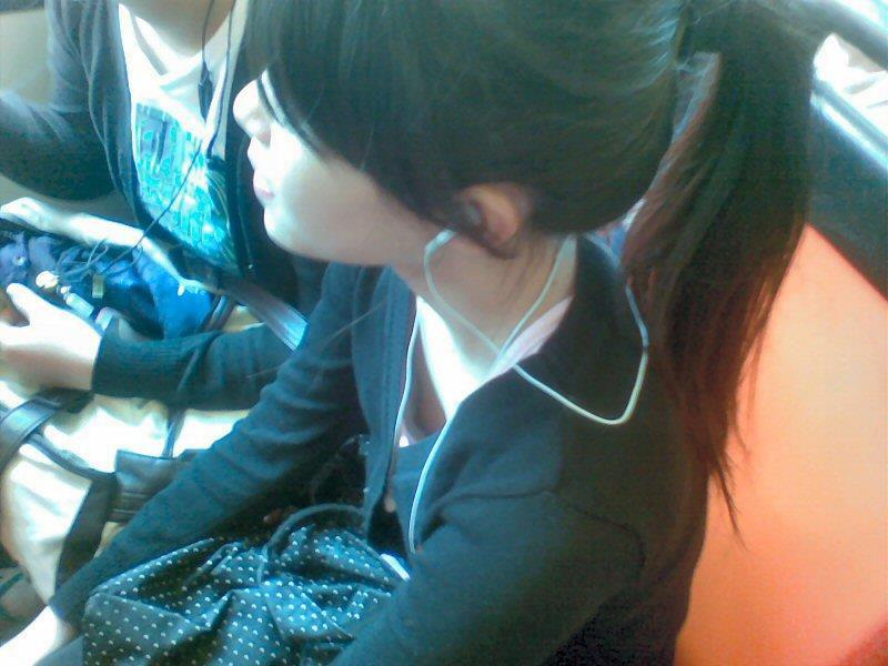 可愛いお姉さんの胸チラを隠し撮り!