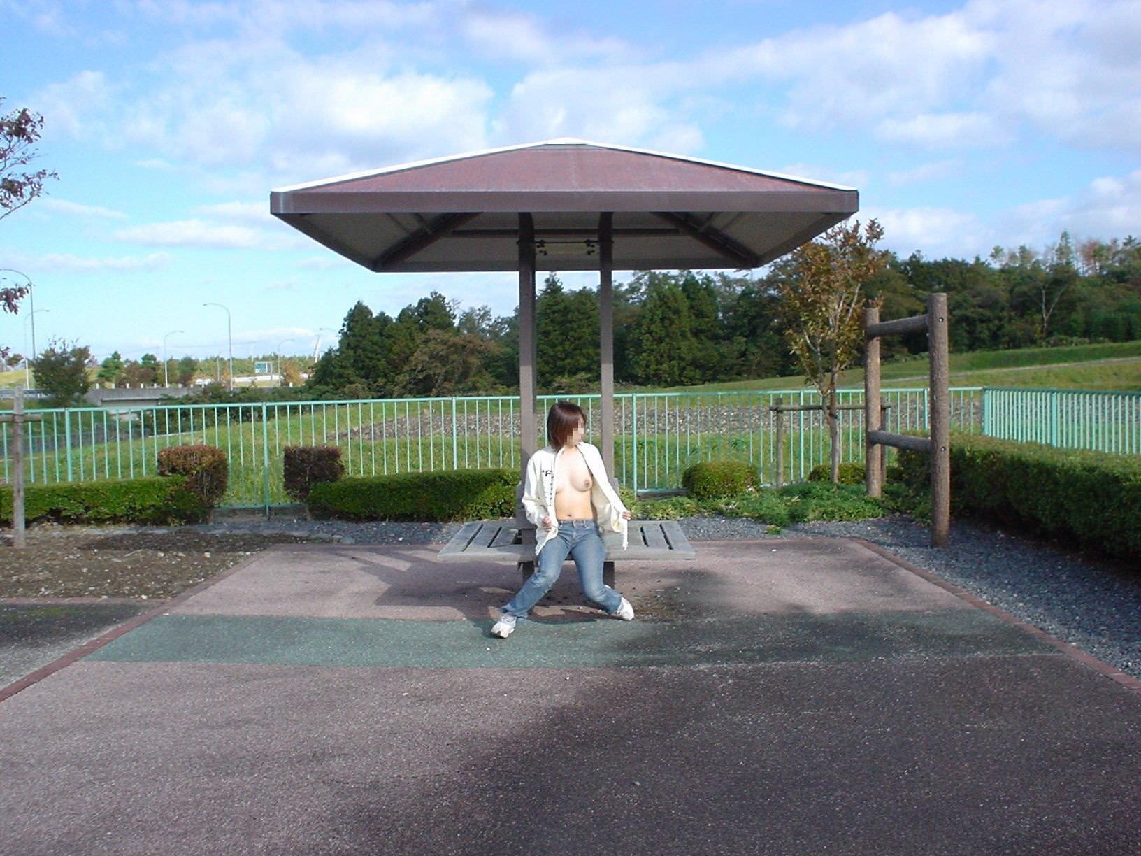 変態女性が公園のベンチでオッパイ露出!