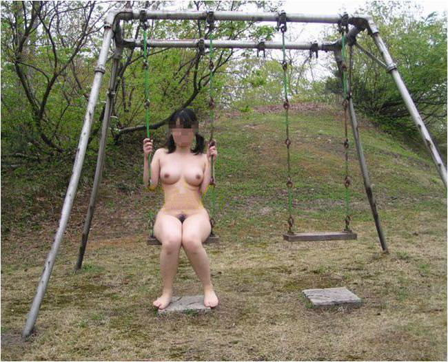 巨乳変態女が全裸でブランコに乗る!