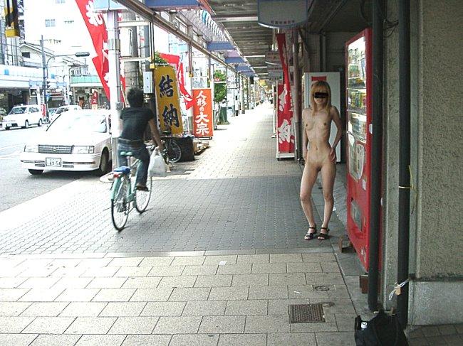 街中で過激な露出してる変態ギャル!