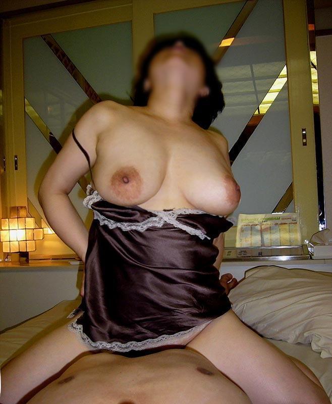 垂れた乳を晒しながら喘いでる熟女!
