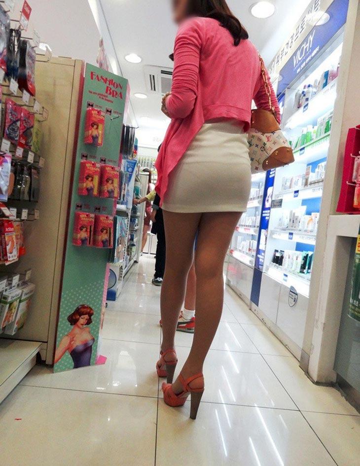 ミニスカ女子のパンツが透けてる!