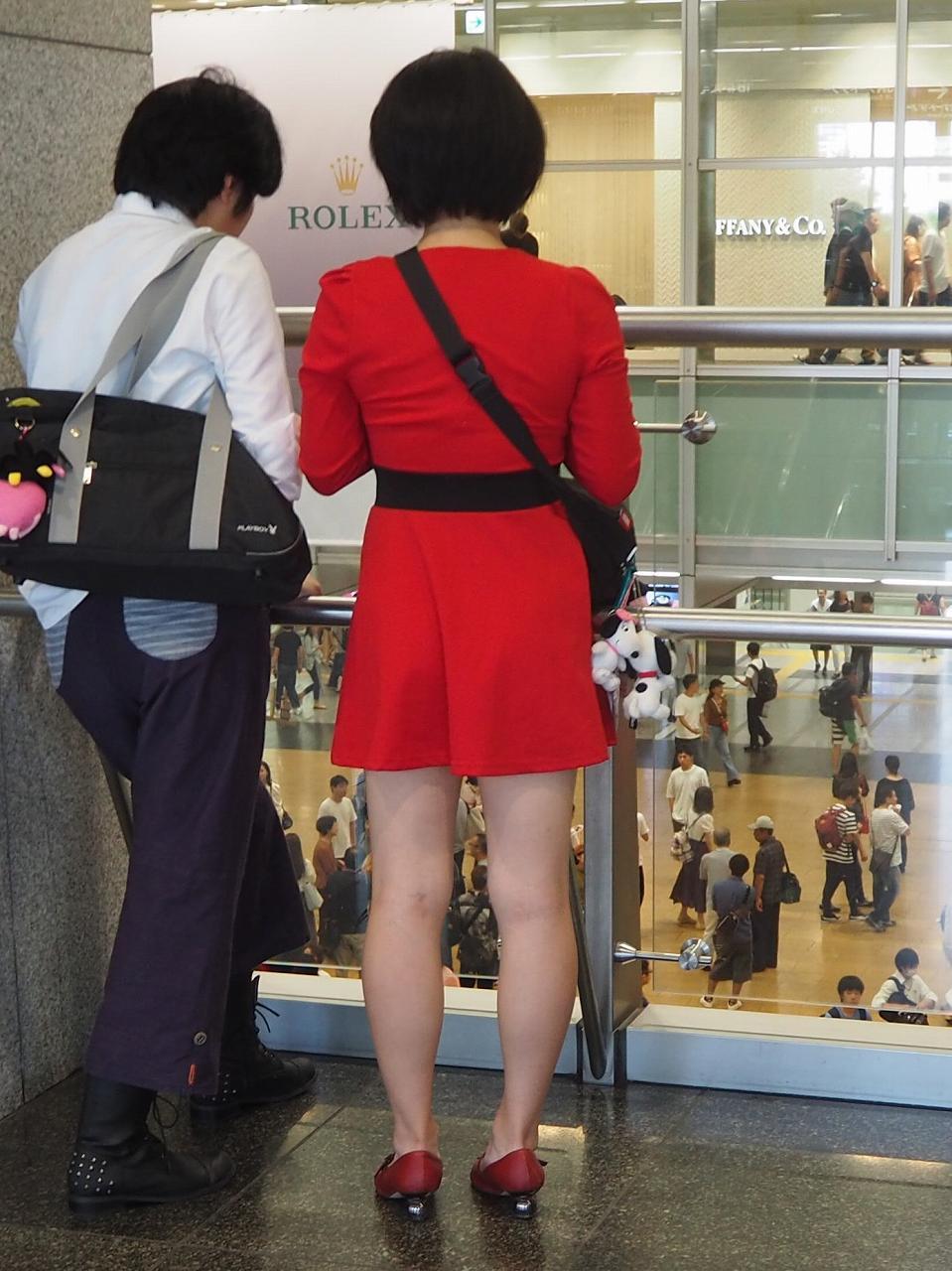 真っ赤な衣装を着た女性の色気ある美脚!