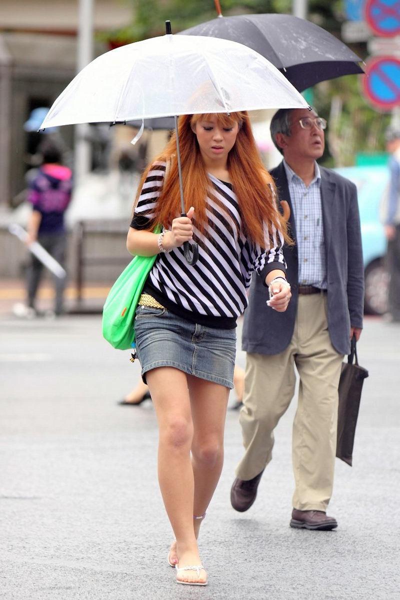 デニムミニスカ履いたギャルの美しい脚!