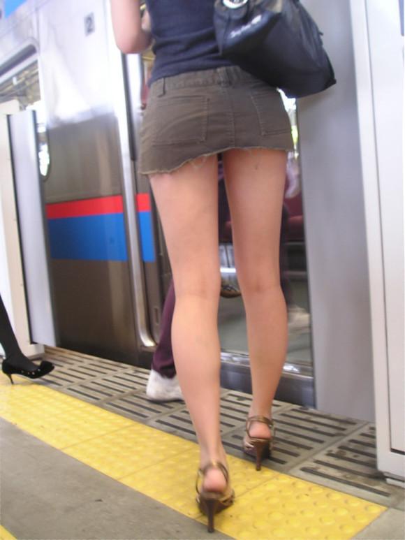 駅ホームで超ミニスカの美脚女性を発見!