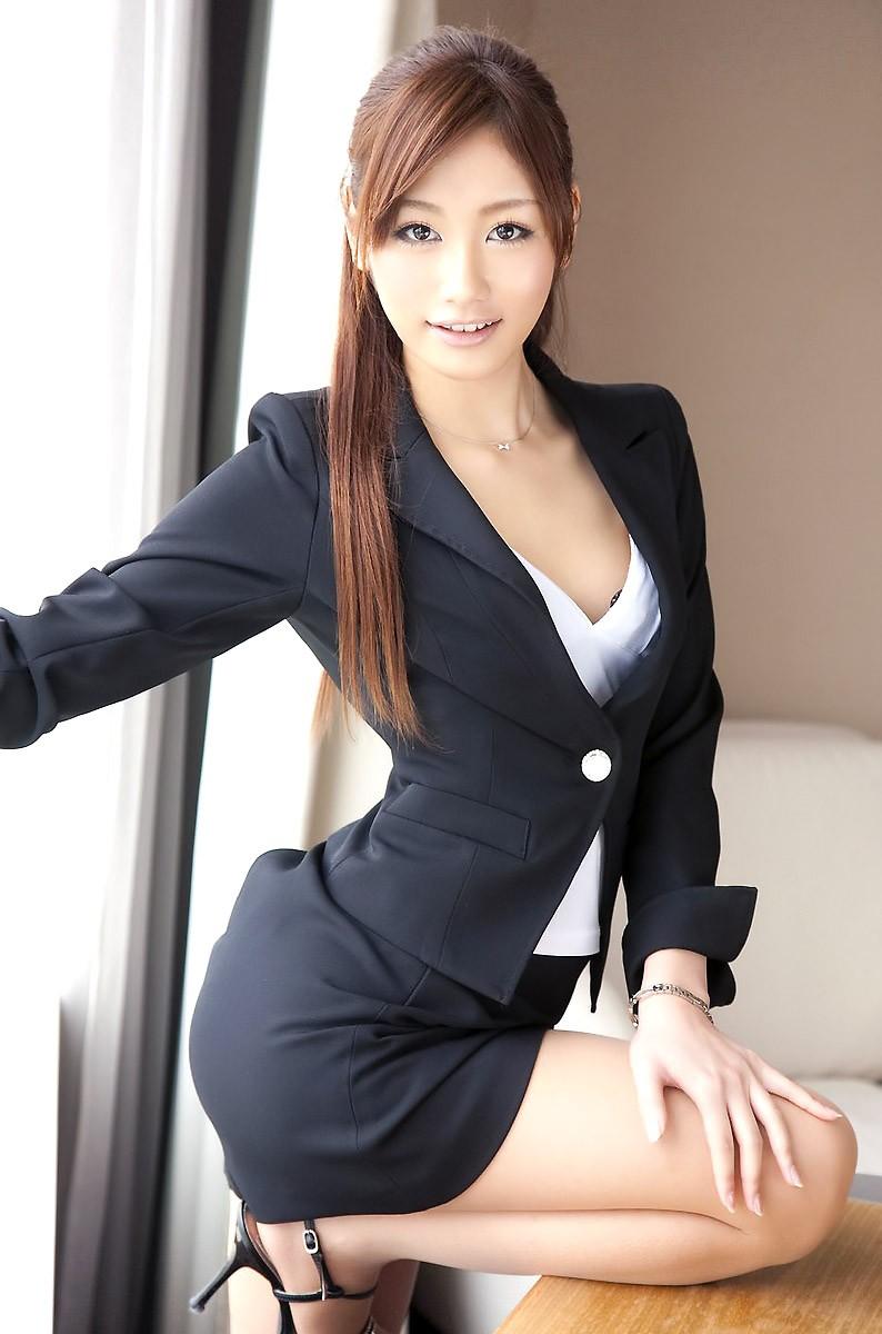 スレンダーでスーツが似合う美人OL!