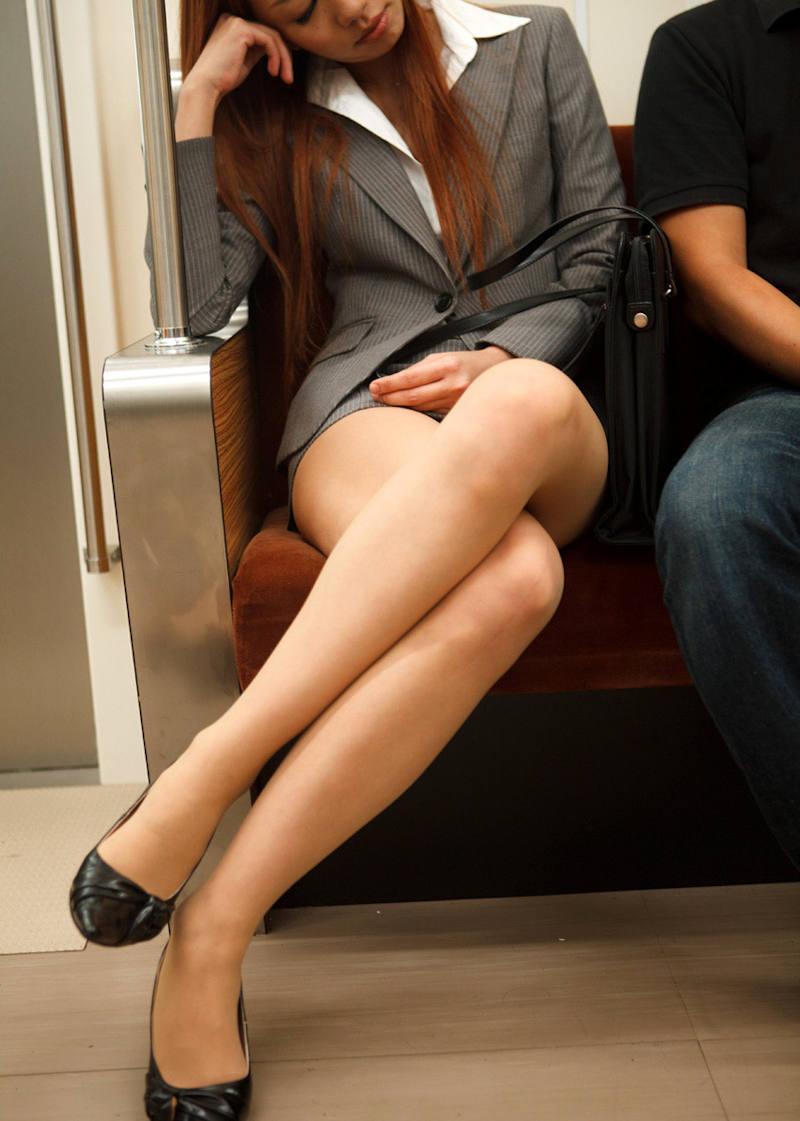 電車内で美脚OLを発見して隠し撮り!