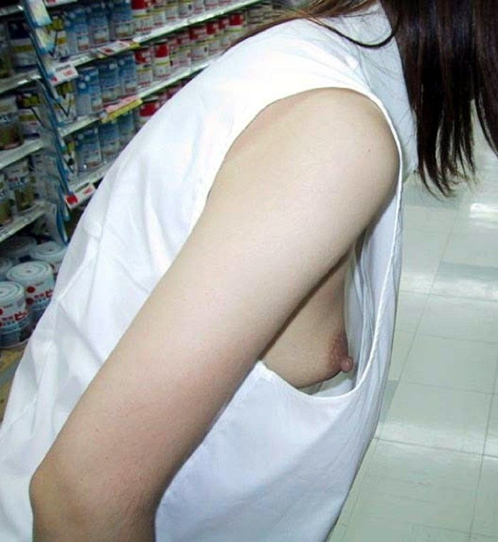ノーブラで買い物に出かける女性!