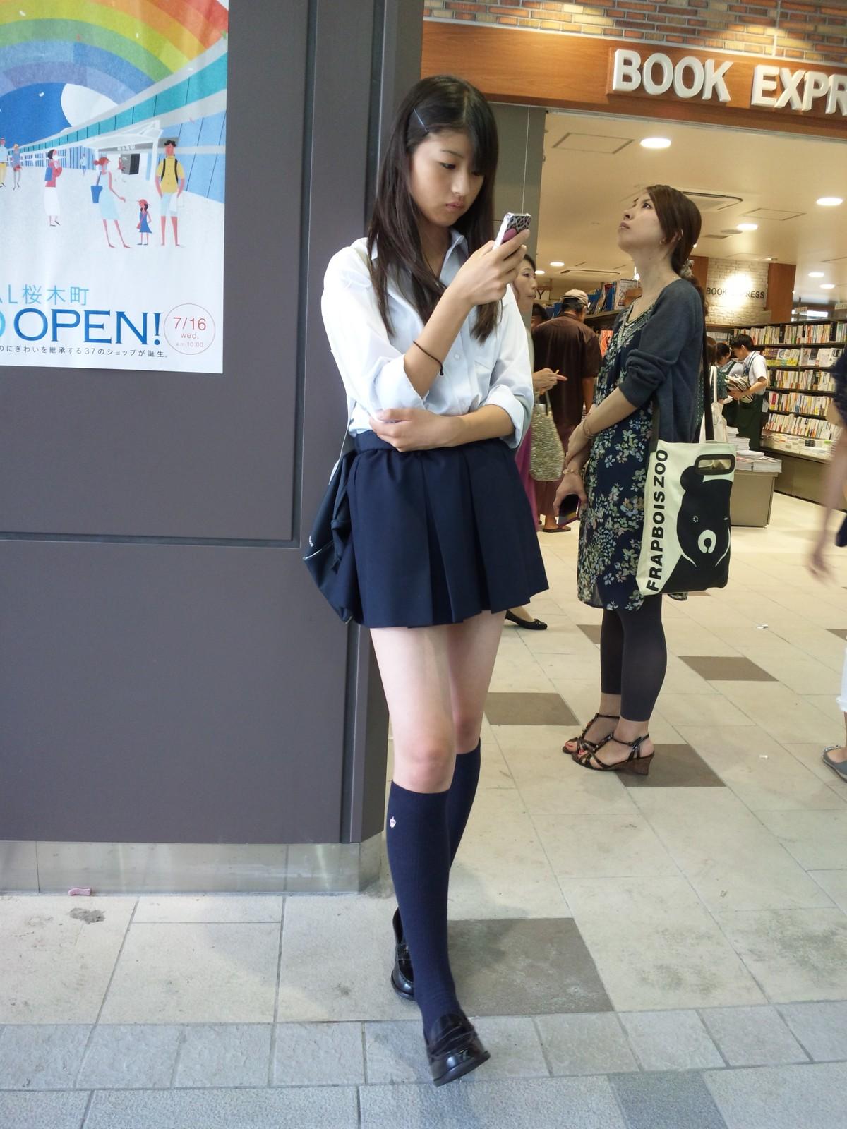 本屋の前にいた美脚の女子校生!