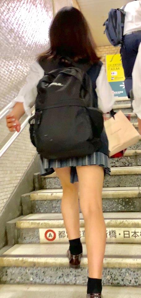 階段をのぼるJKの美脚を凝視する!