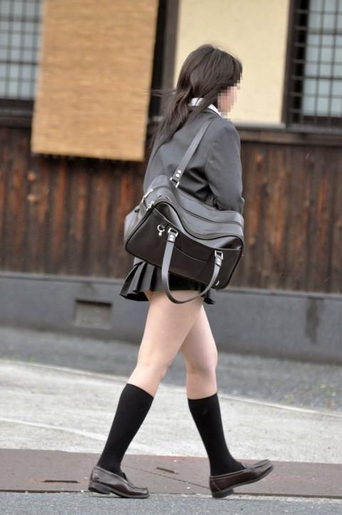 女子校生の色白な生足に見惚れる!