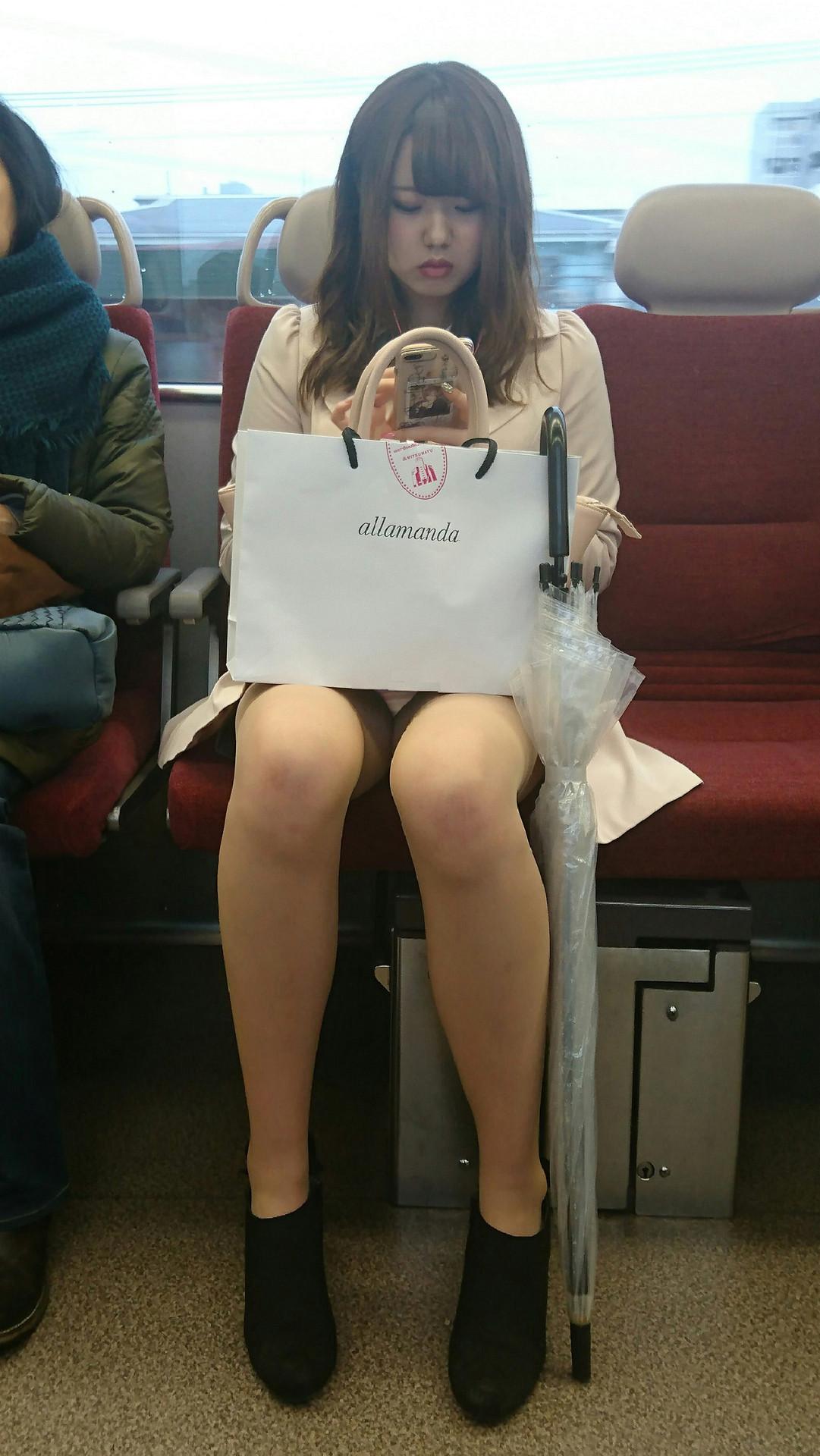 足の美しい美女のパンチラを隠し撮り!