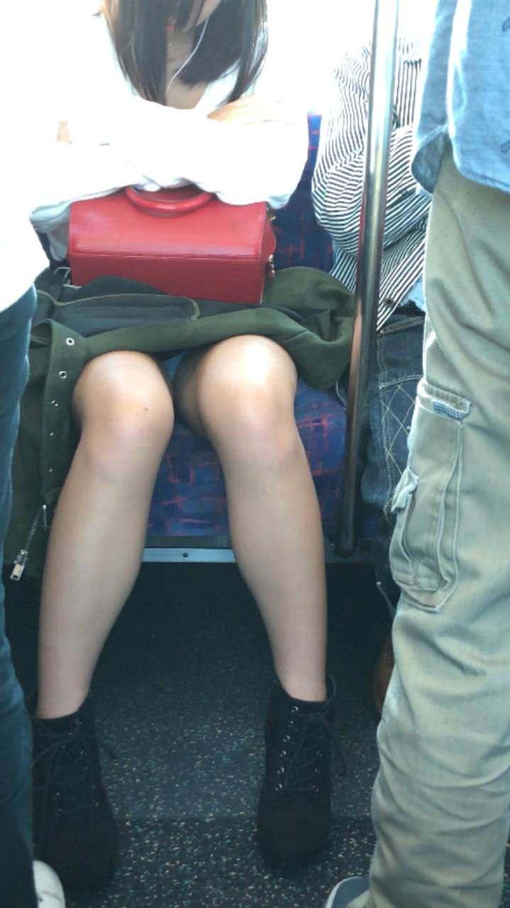 居眠りしてる女性のパンティーをガン見!