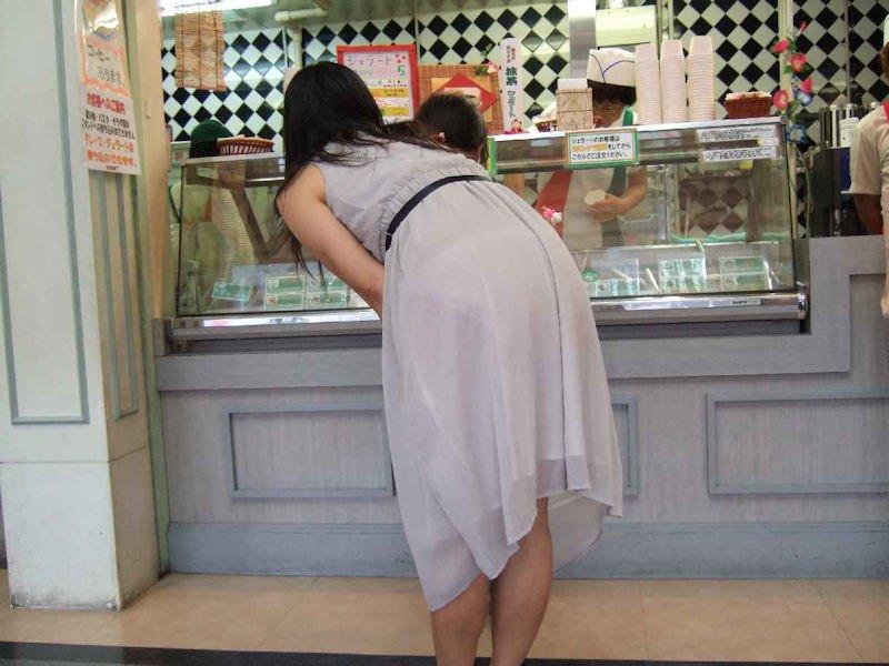 少し前屈みになって透けパンしてる女性!