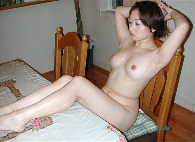 お姉さんが素っ裸でリビングに座ってる!