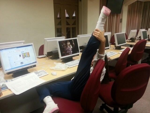 パソコン教室で股を全開にする女子校生!