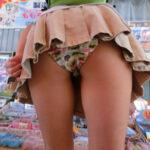 【前屈みパンチラ盗撮エロ画像】目の前にある下着をガン見…お尻を突き出して無防備な状態www