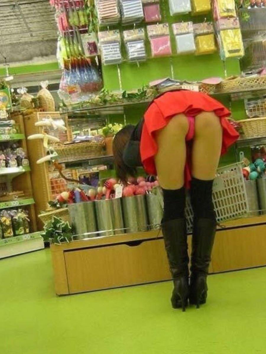 スカートが捲れてパンティー丸見え!