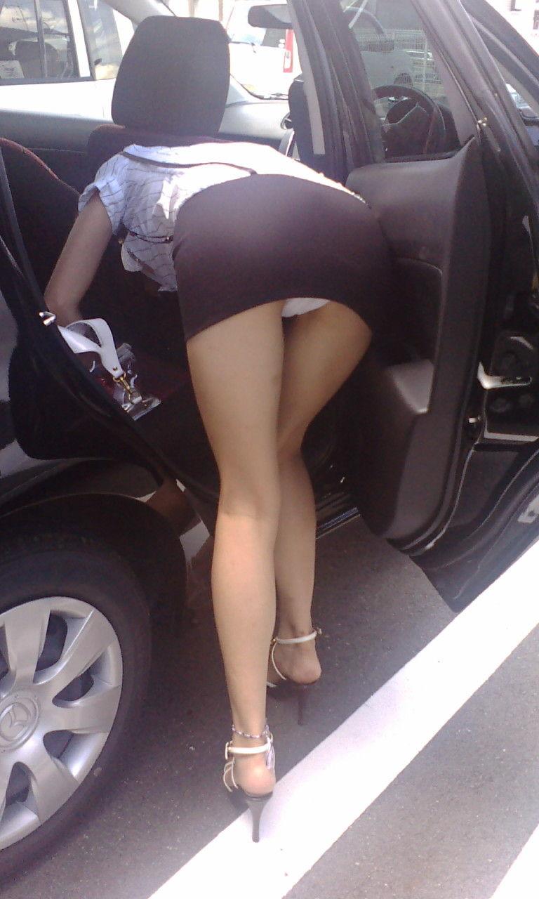 タイトスカートから下着がチラ見え!