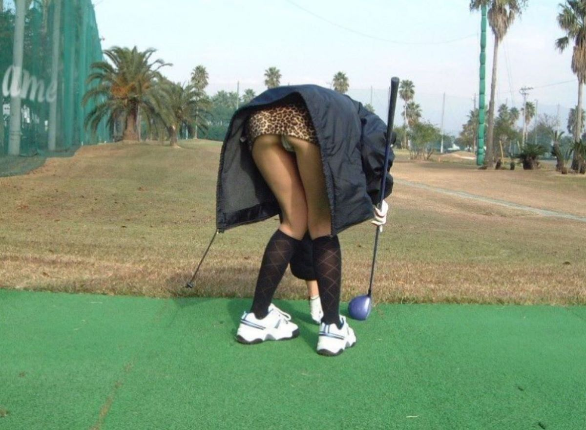 ゴルフ場で前屈みパンチラしてる!
