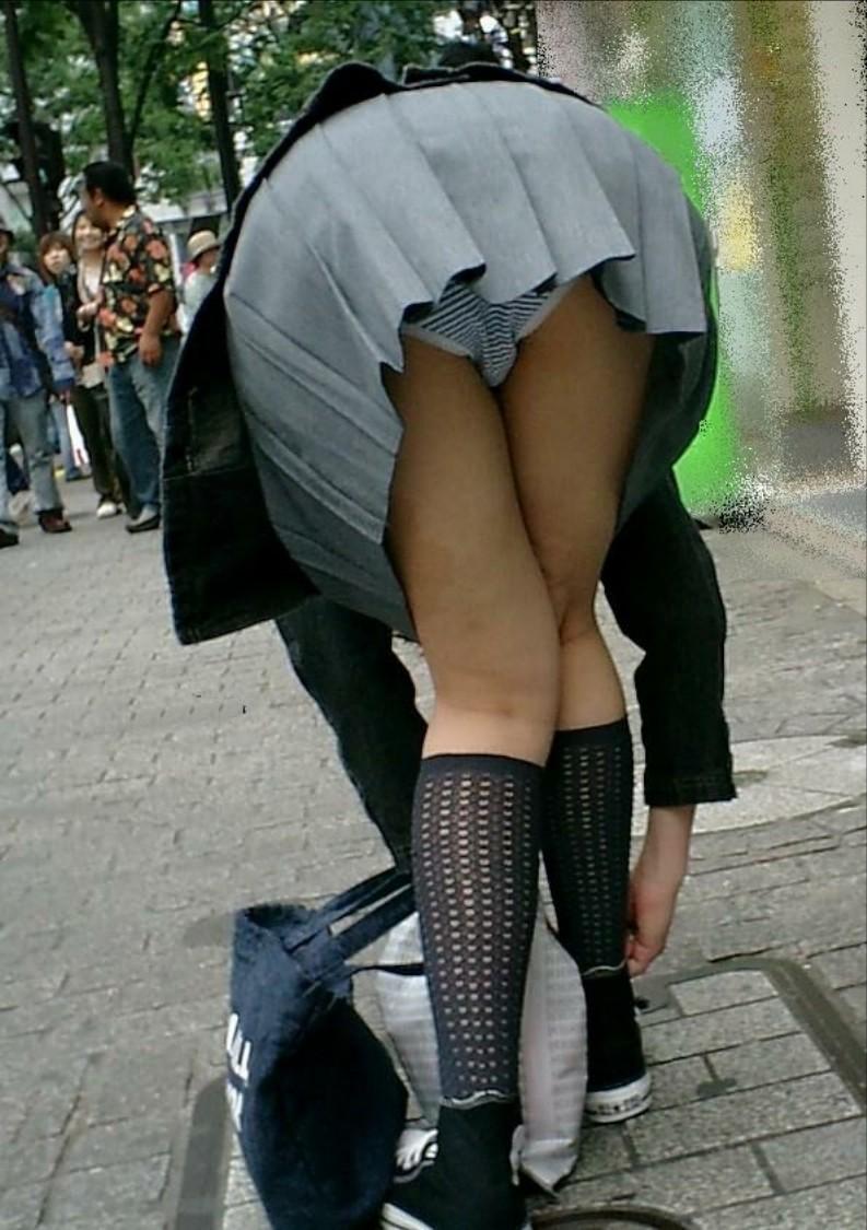 素人娘の縞々パンツを盗撮した!