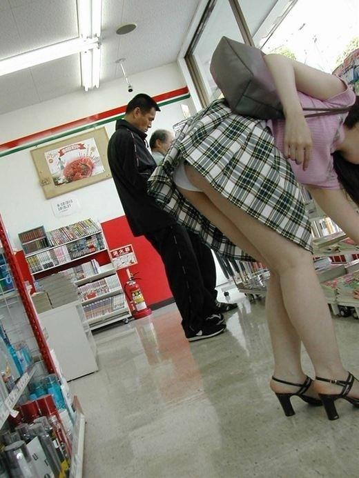 コンビニ店内で純白下着を隠し撮り!