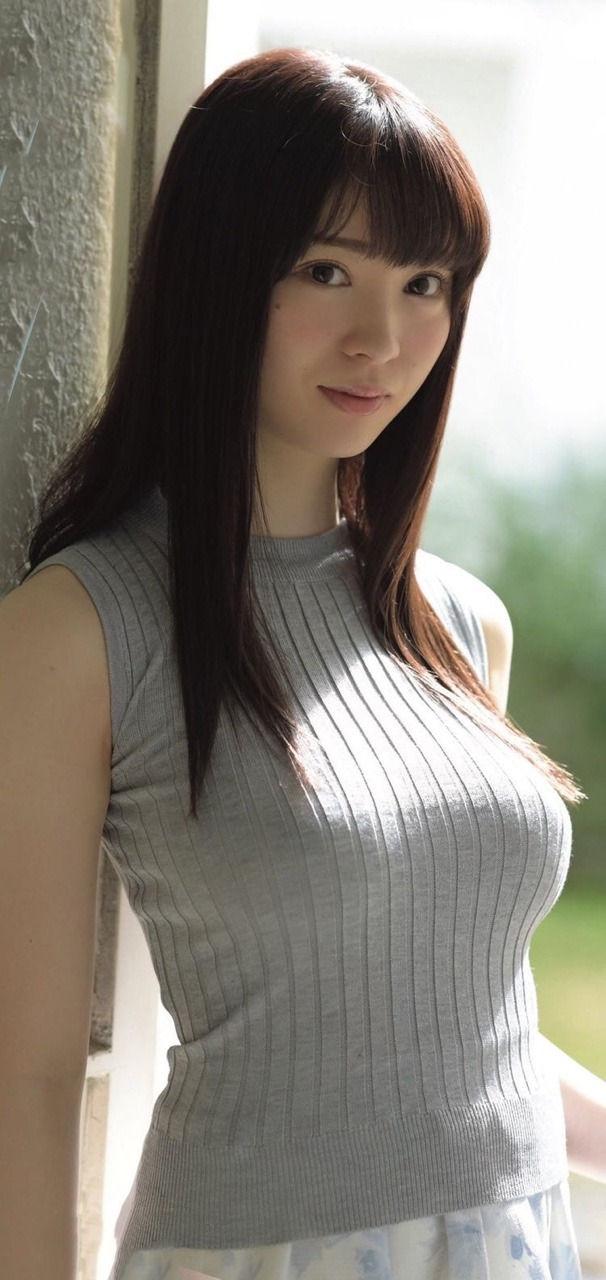 スレンダー美女のニットおっぱい!