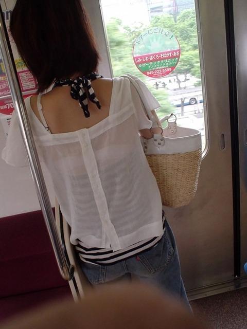電車内でお姉さんのブラ紐を激写!