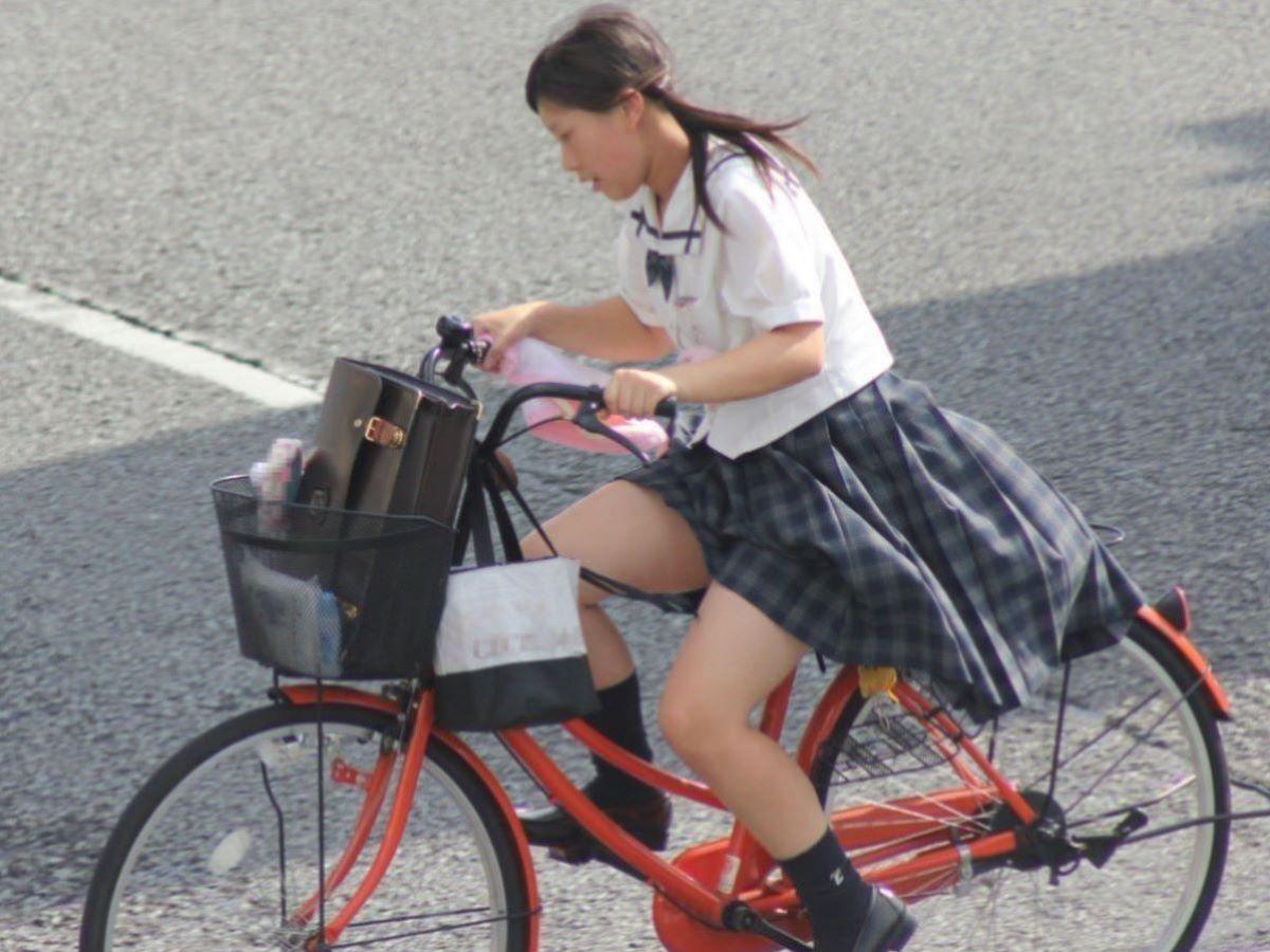 自転車で爆走する女子校生を盗撮!