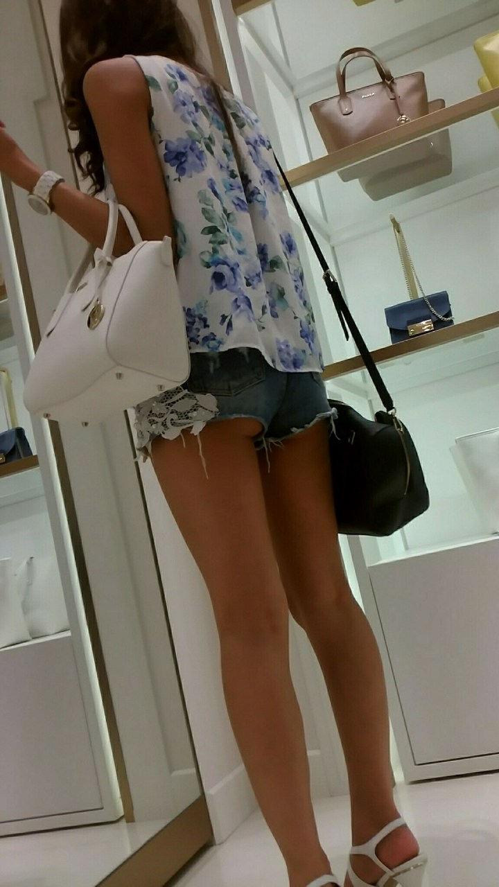 買い物中のホットパンツ美女の美脚!