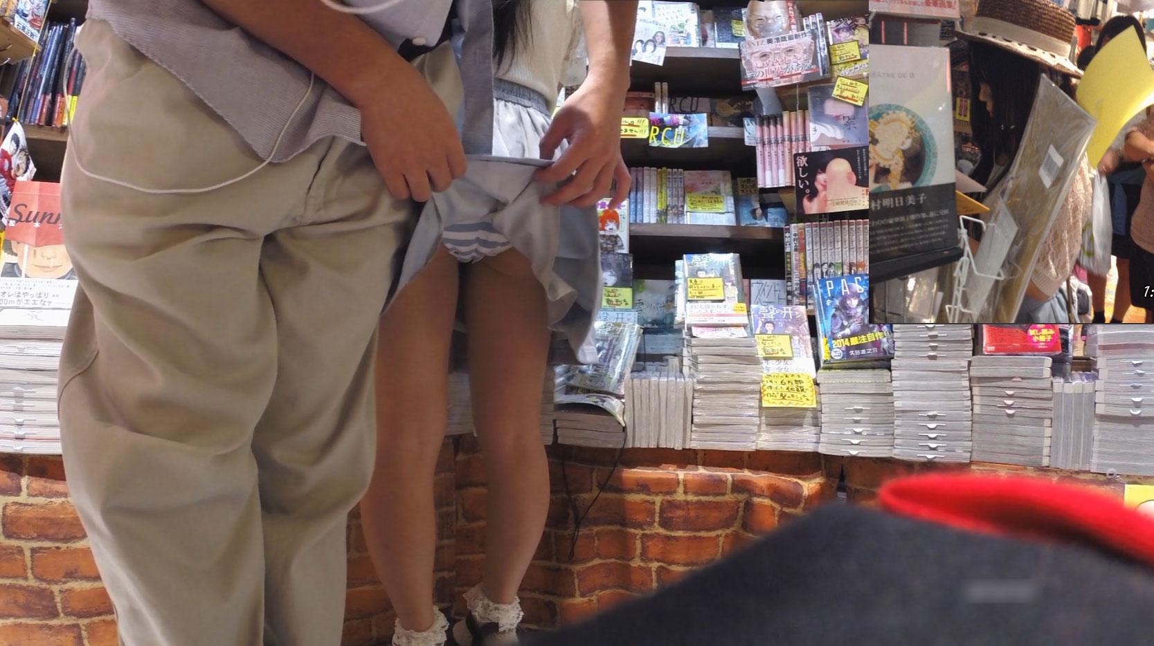 本屋で女の子のスカートを捲り上げた!
