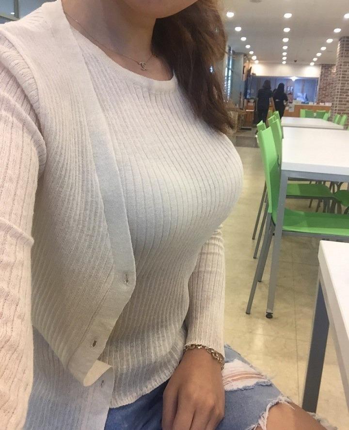 店内で巨乳女性がおっぱい自撮り!