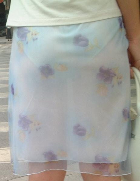 花柄のスカートからパンツが透け透け!