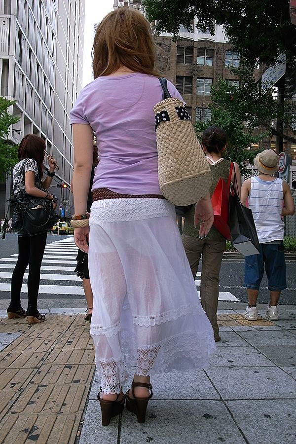 スカートの生地が薄くてパンツ見えてる!