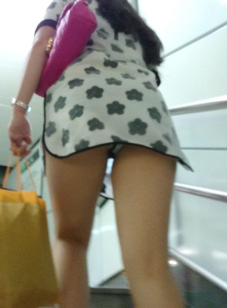 美脚女子のパンツを見上げる!