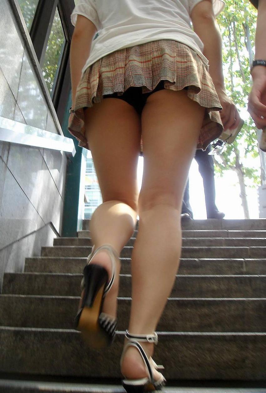 セクシーなパンツを足元から激写!