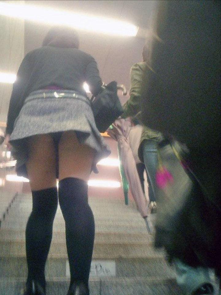 ミニスカ女子の下着が丸見え!