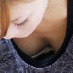 【胸チラ盗撮エロ画像】素人娘の胸元を覗き込むとオッパイの色気がヤバイくてシコれるレベルだよ!