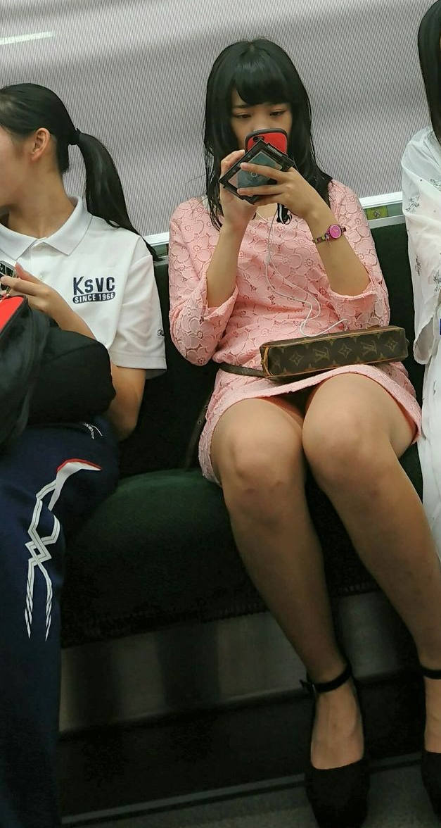 黒髪清楚な女の子のパンツを覗く!