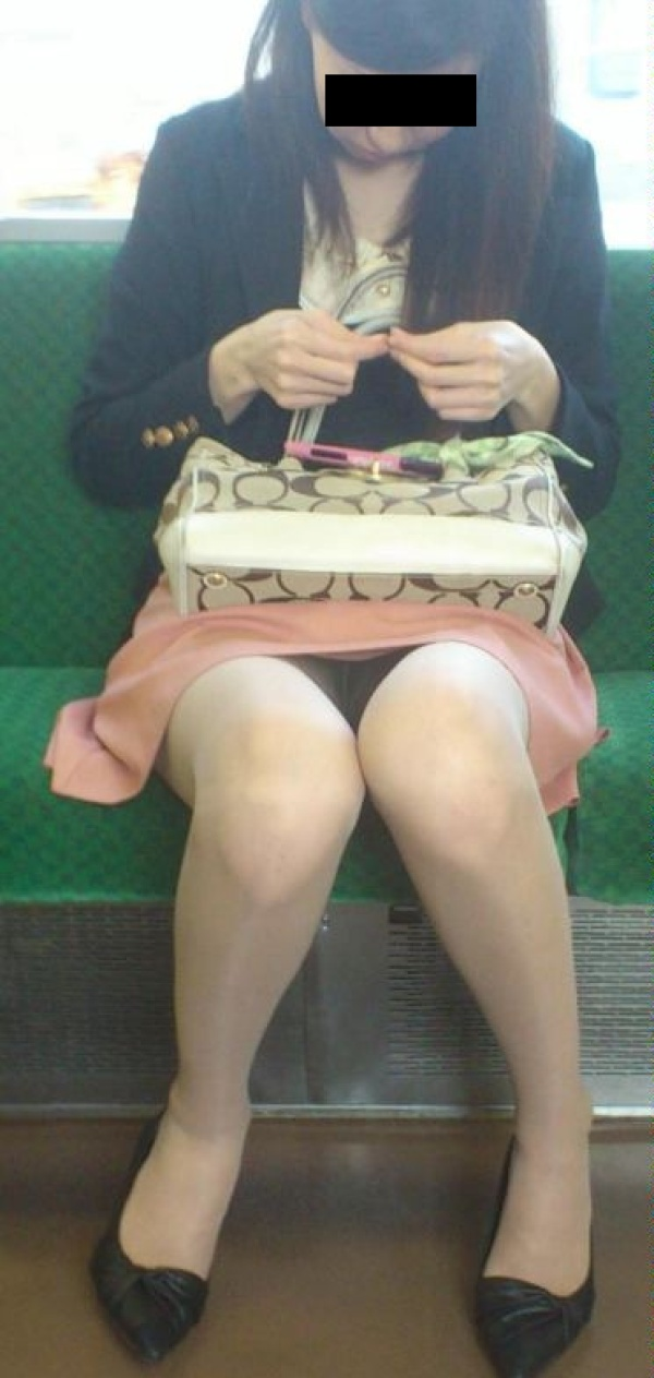可愛いお姉さんがパンツを見せつけ!