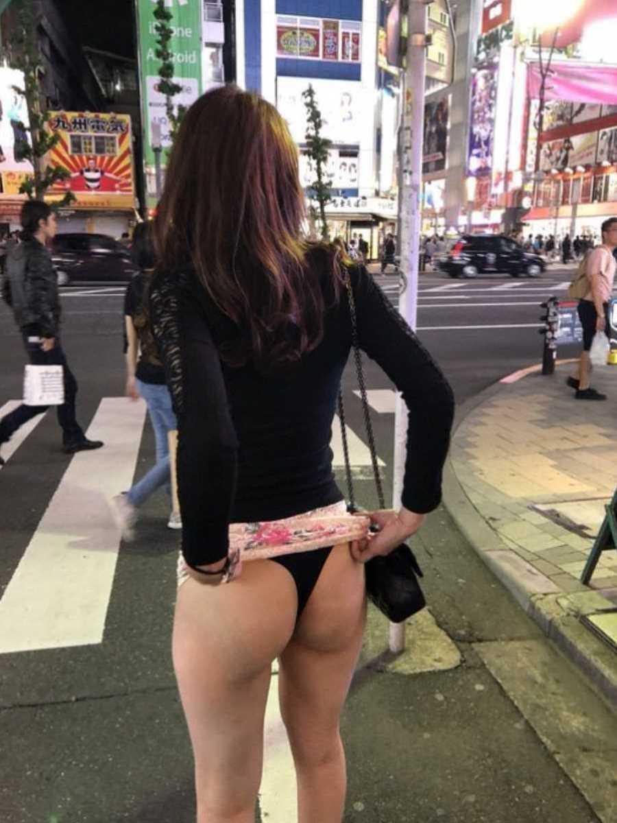 街中でスカート捲って黒Tバックお尻を披露!