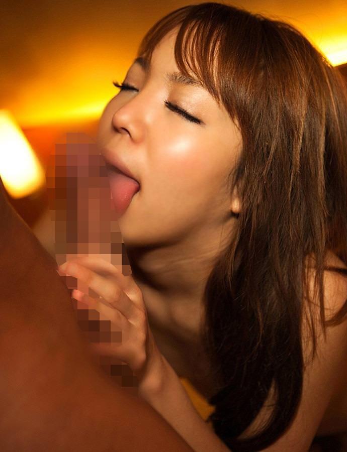 美人女性がチンコをエロく舐める!