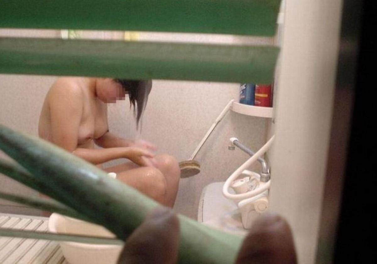 巨乳女性がシャワーを浴びている!