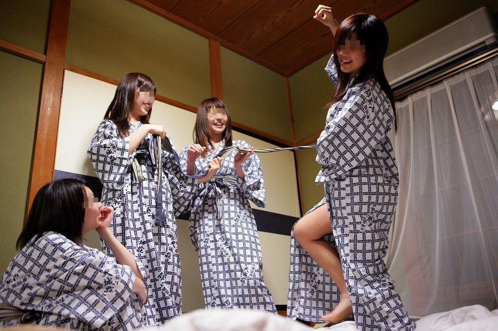 温泉旅館で浴衣娘たちがおふざけしてる!