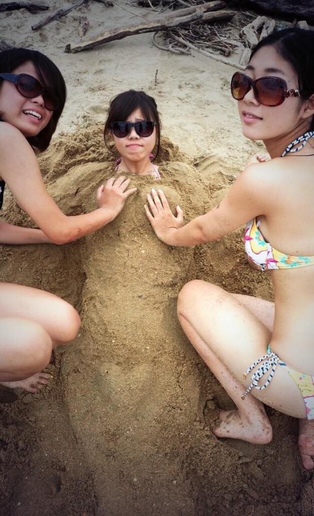 ビーチで砂に埋めてオッパイを揉んでる!
