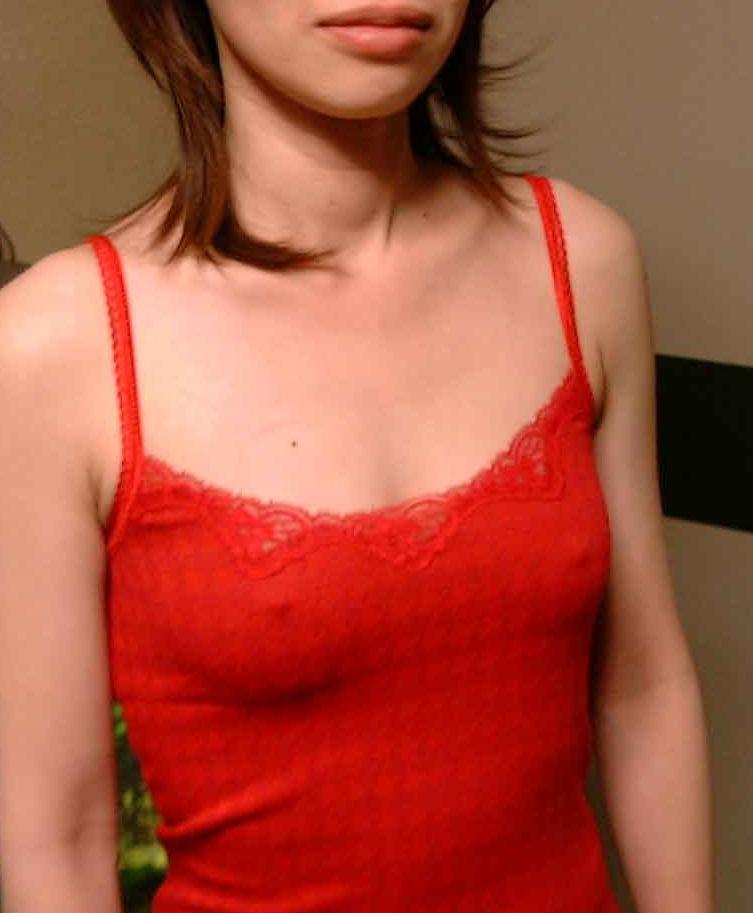 真っ赤のキャミで乳首が透け透け!
