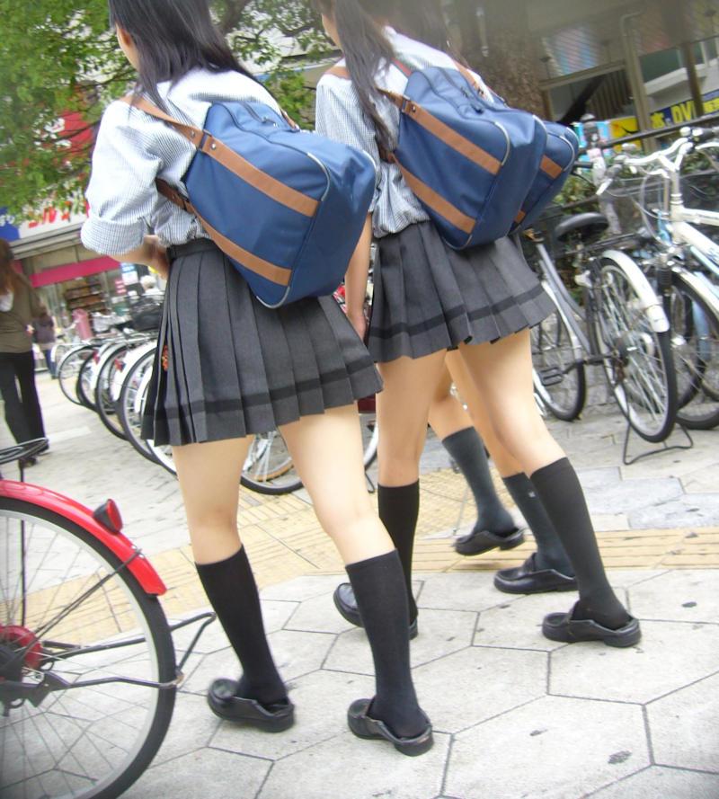 集団の女子校生の下半身を街撮り!