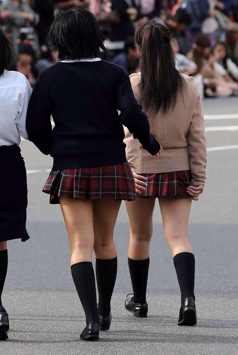 女子校生たちの美脚に惚れ惚れ!