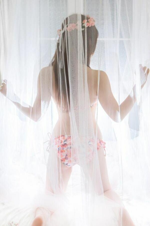 カーテン越しに見る水着姿もいいね!