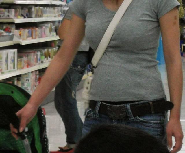 子供と買い物してるパイスラ人妻さん!